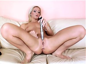gorgeous Cameron Gold rams her fuck stick deep in her labia