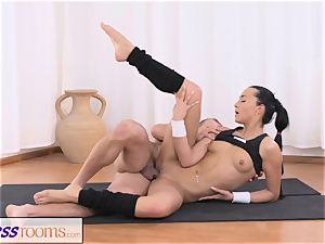 FitnessRooms Gym Bunny fucks intimate fitness trainer