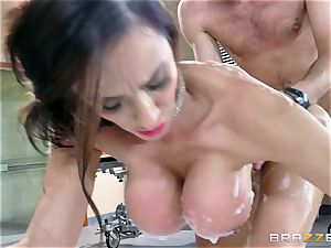 cougar Ariella Ferrera takes a monster stream