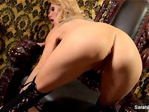 buxomy ash-blonde Sarah Jessie plays with her muff