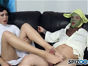 Daisy Haze masturbates off yoda with her feet